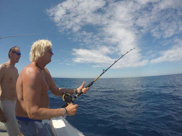 Enganchado - Gert está luchando contra su aguja blanca Pesca Deportiva Cavalier & Blue Marlin Gran Canaria