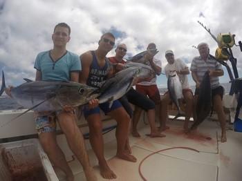 Explosión de atún blanco - Pescadores felices en el barco Cavalier Pesca Deportiva Cavalier & Blue Marlin Gran Canaria