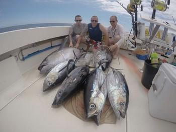 Bien hecho - Barry Rudge y sus 2 hijos Adam y Dan. En el barco Cavalier Pesca Deportiva Cavalier & Blue Marlin Gran Canaria